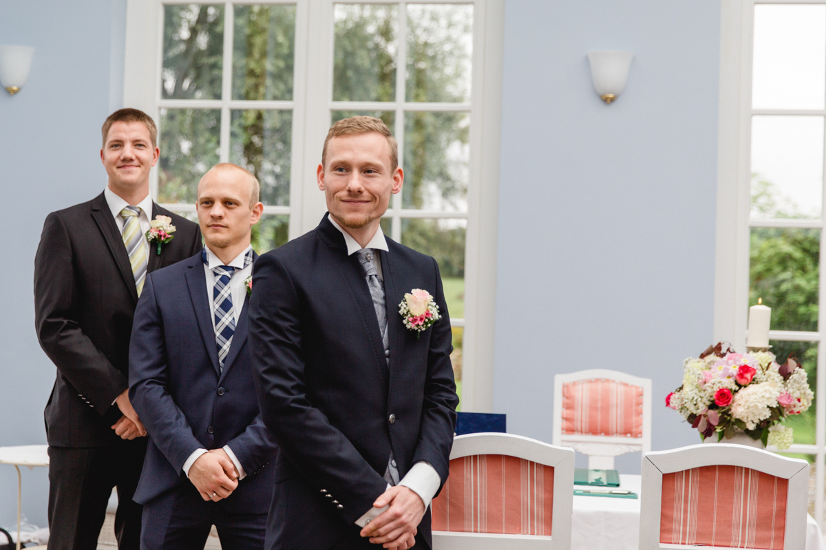 Bräutigam wartet auf die Braut.