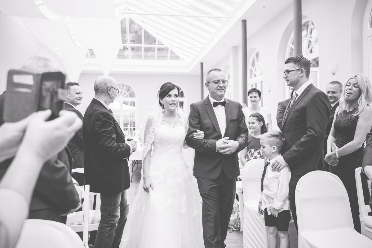 Papa führt Braut zum Altar.