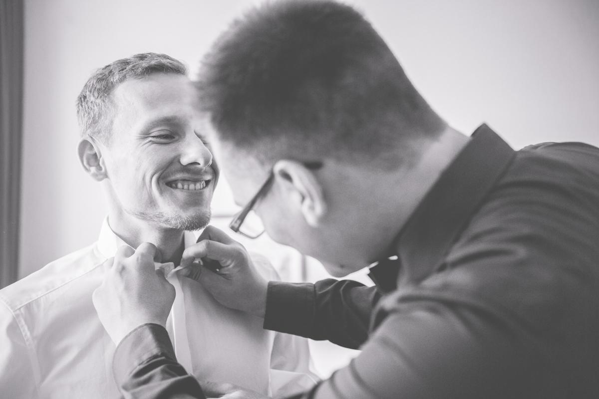Hochzeitsfotos vom Getting Ready des Bräutigams.