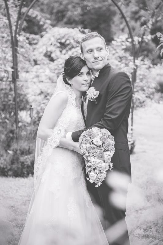 Schwarz weißes Hochzeitsfoto aufgenommen in Rostock.