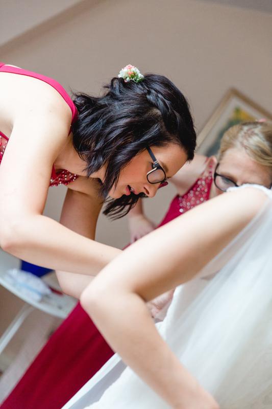 Beim Anziehen der Braut.