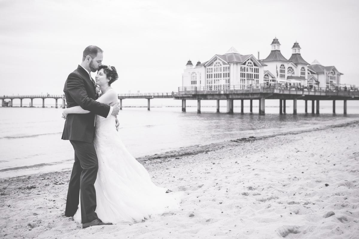 Brautpaarfotos am Strand von Sellin