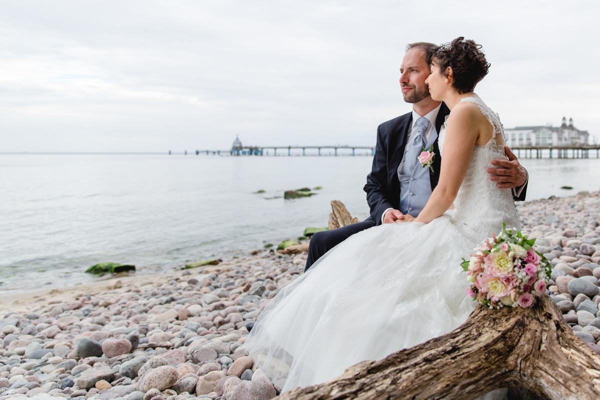 Hochzeitsfoto am Strand von sellin aufgenommen.