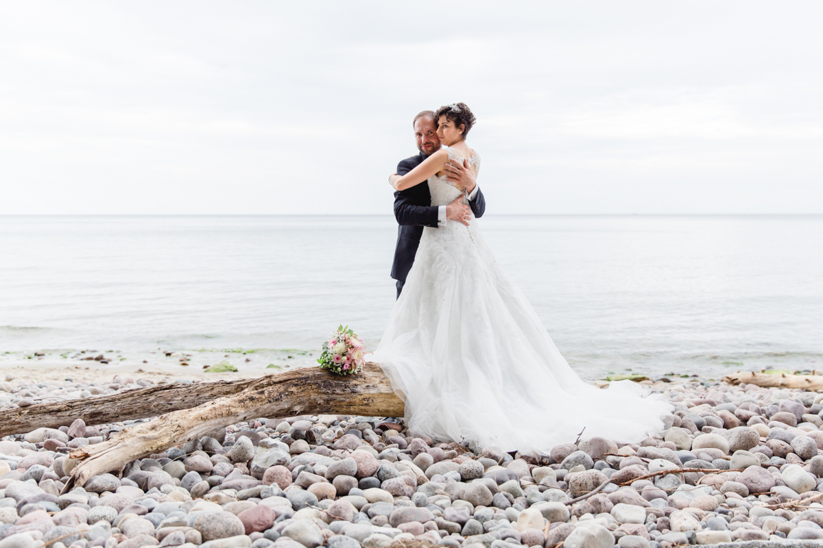 Hochzeitsfotos am Strand von Sellin aufnehmen.
