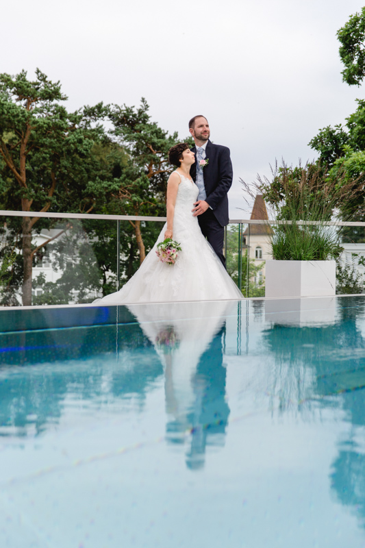 Hochzeitsfoto am rooftop-Pool.