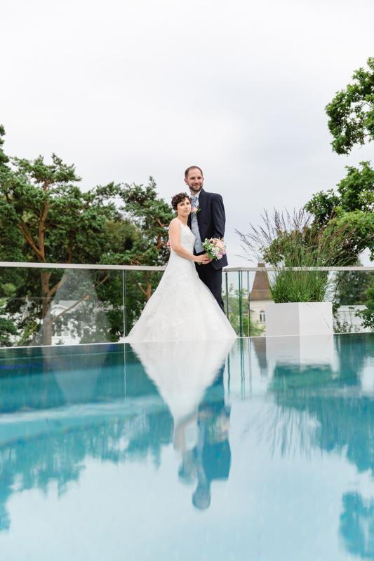 Braut und Bräutigam am rooftop Pool