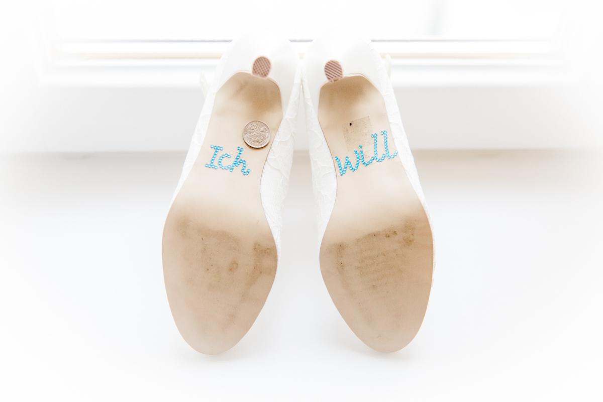 Detailsfoto Schuhe der Braut.