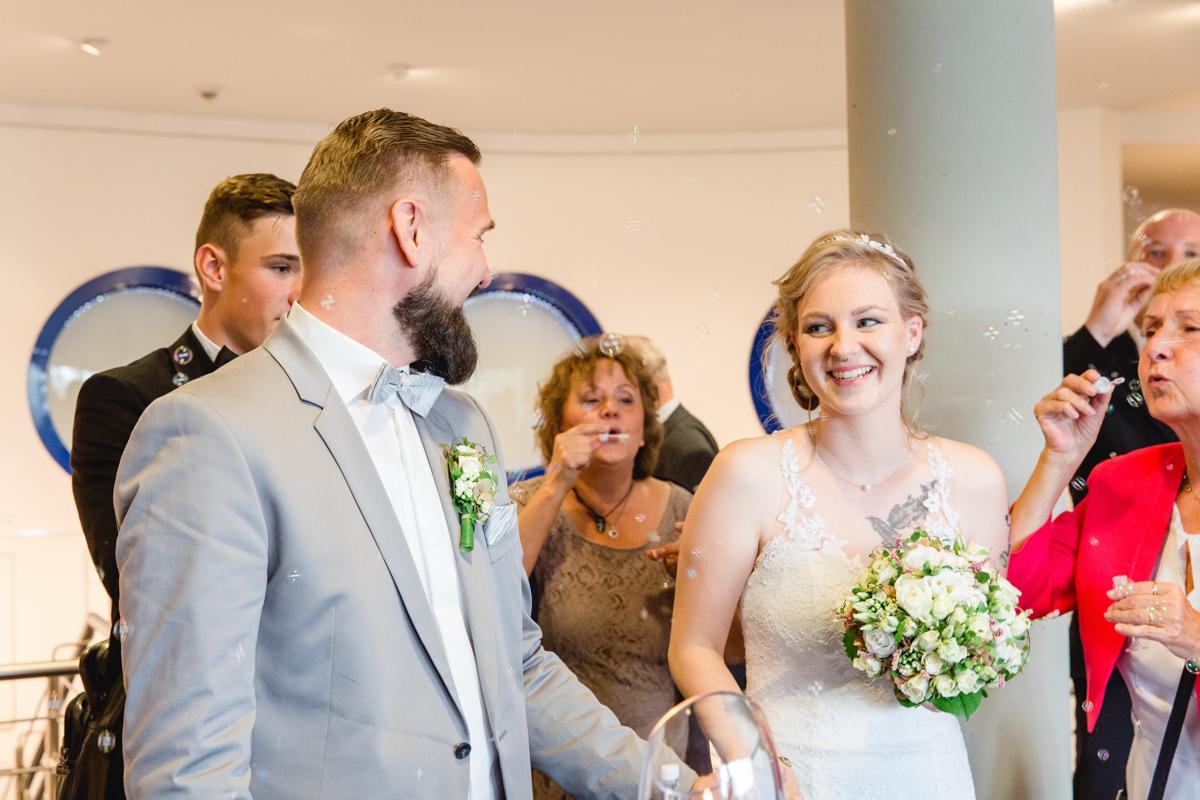 Glückliches Paar nach der Trauung im Kurhaus Zingst.