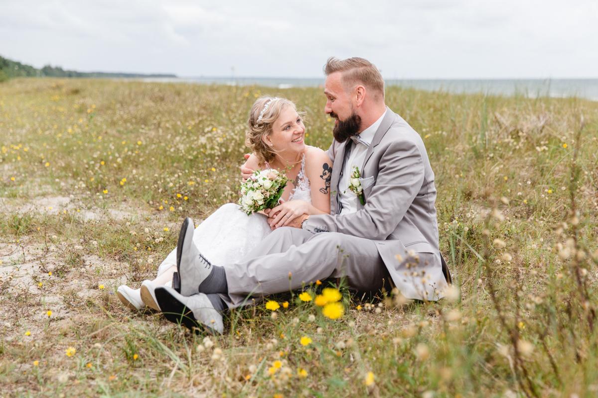 Verliebtes Brauttpar auf der Düne von Zingst