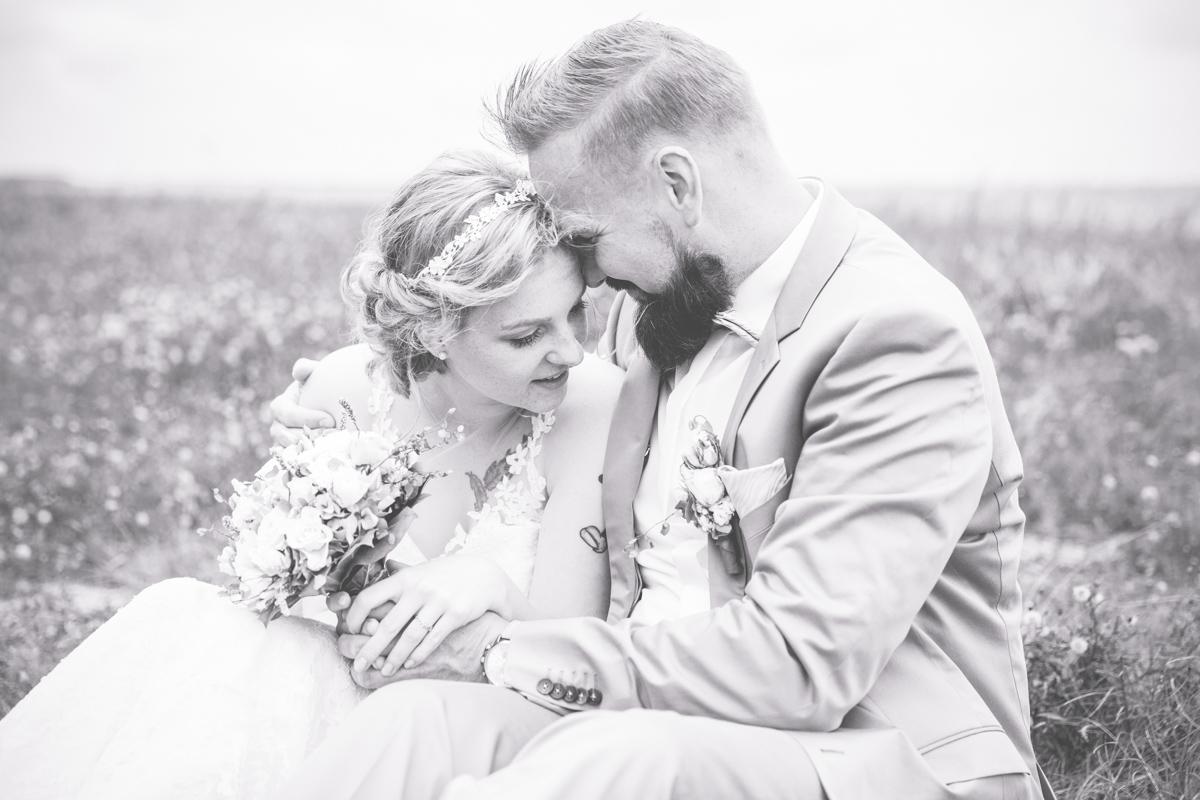 Schwarz weiße Aufnahme eines glücklichen Brautpaares.