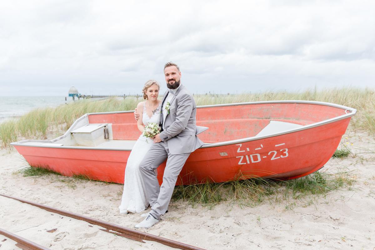 Brautpaar an einem roten Boot in Zingst.
