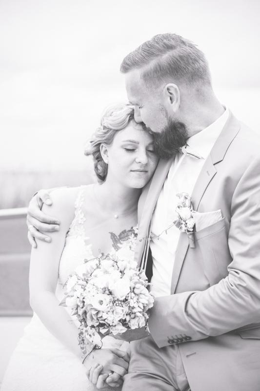 Schwarz weißes Hochzeitsfoto eines verliebtes Paares.