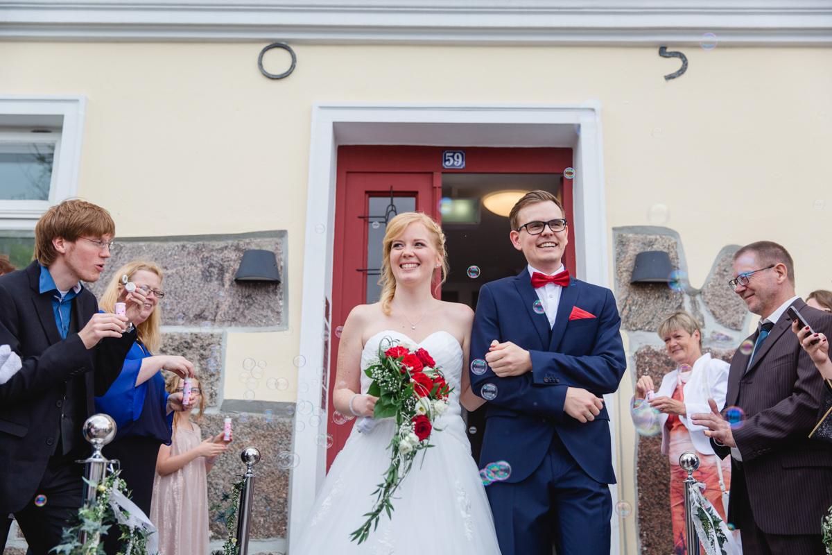 Brautpaar tritt aus dem Standesamt Warnemünde.