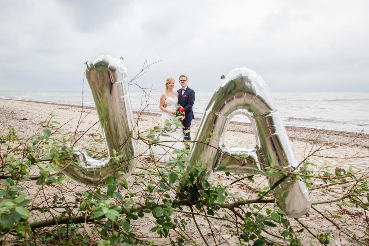 Hochzeitsfotos am Strand aufgenommen.