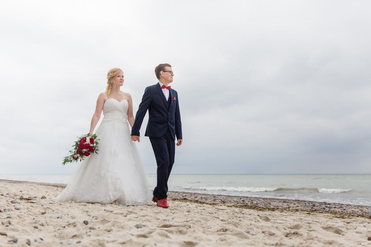 Fotoshooting am Strand mit einem Brautpaar.
