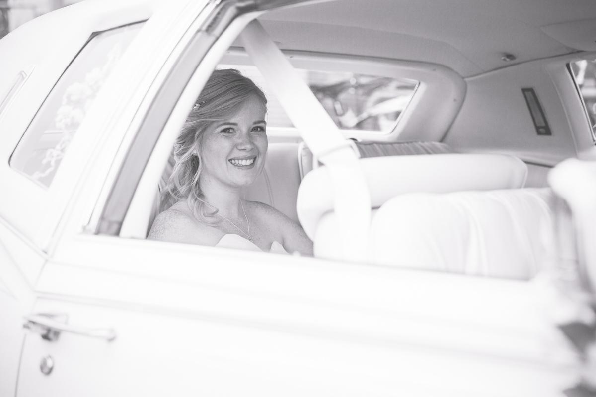 Braut fährt vor das Standesamt vor.