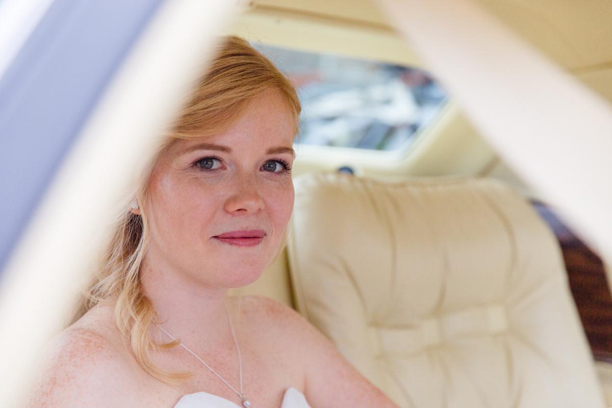 Braut wartet im Brautauto.