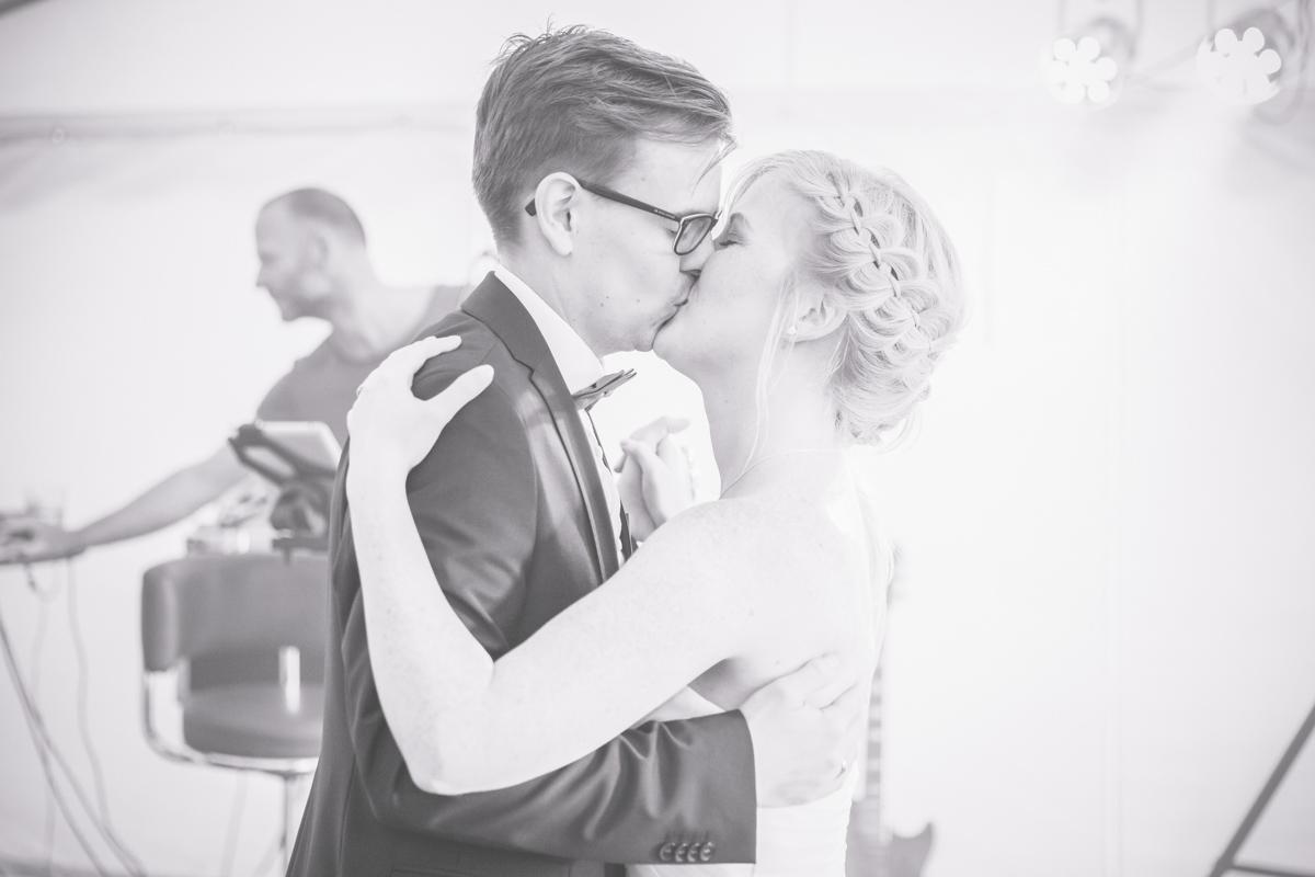 Schwarz weißes Foto vom Hochzeitstanz.