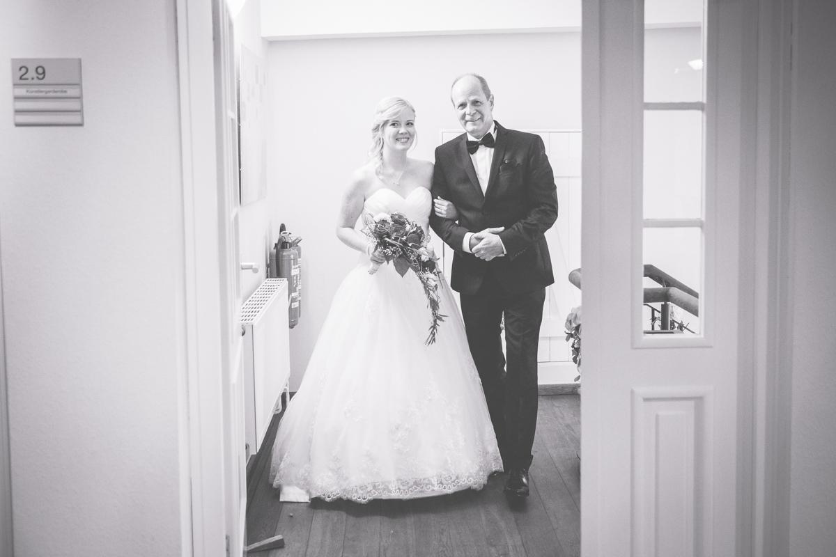 Braut wird von Brautvater rein geführt.