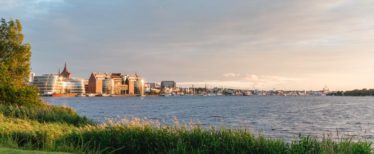 Stadthafen in Rostock bei Sonnenuntergang.