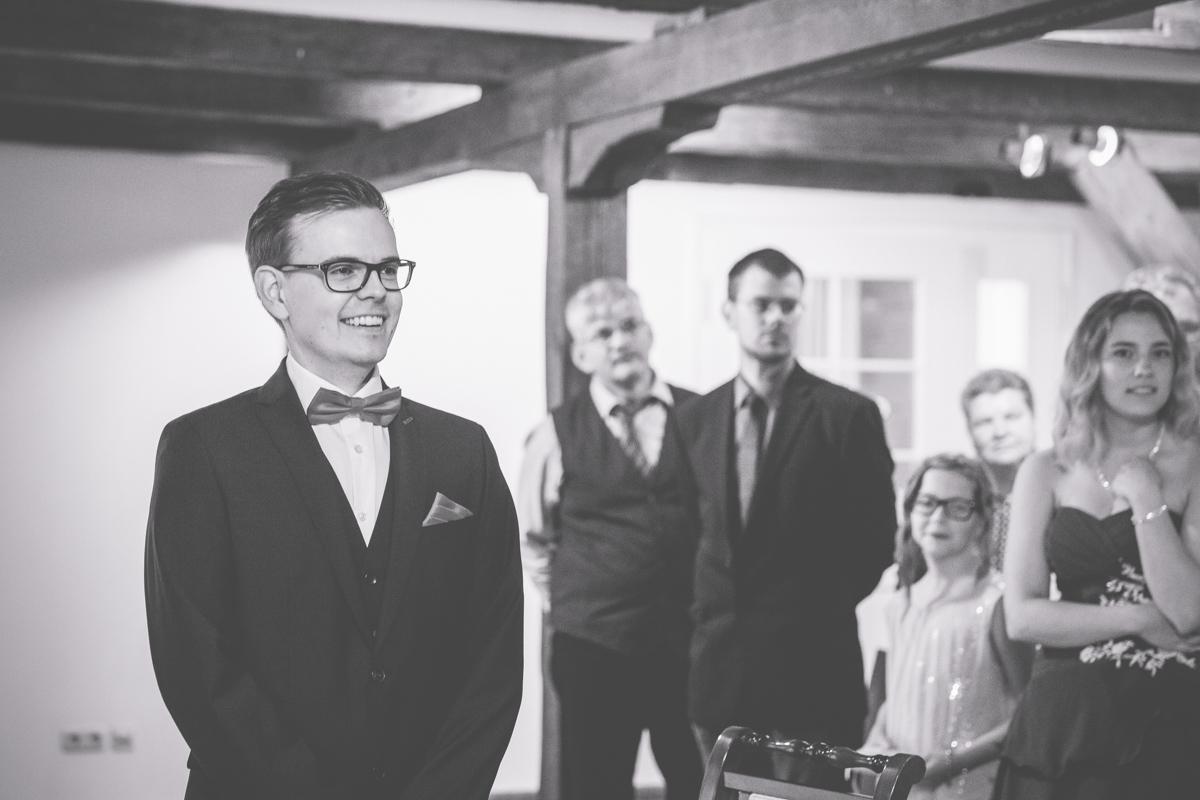 Bräutigam wartet auf seine Braut.