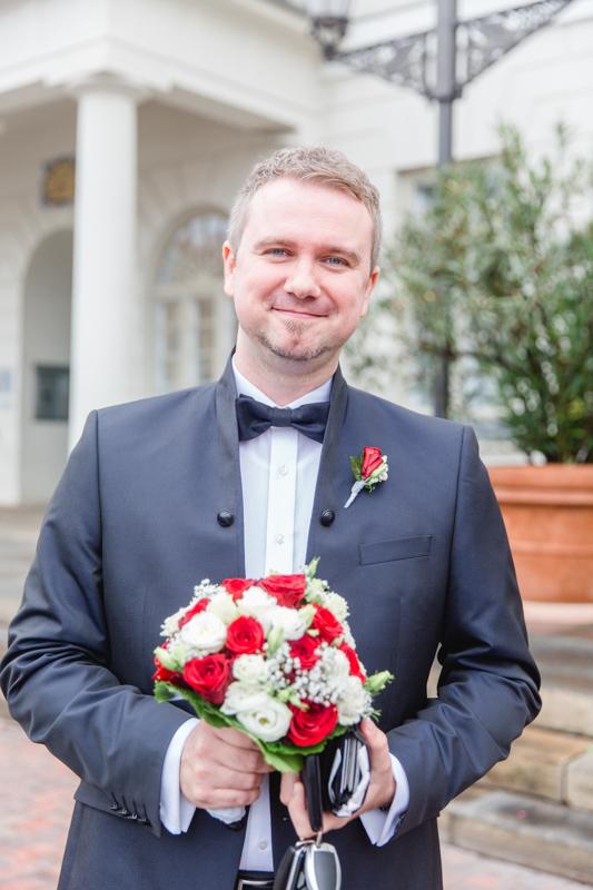Bräutigam wartet vor dem Standesamt Wismar