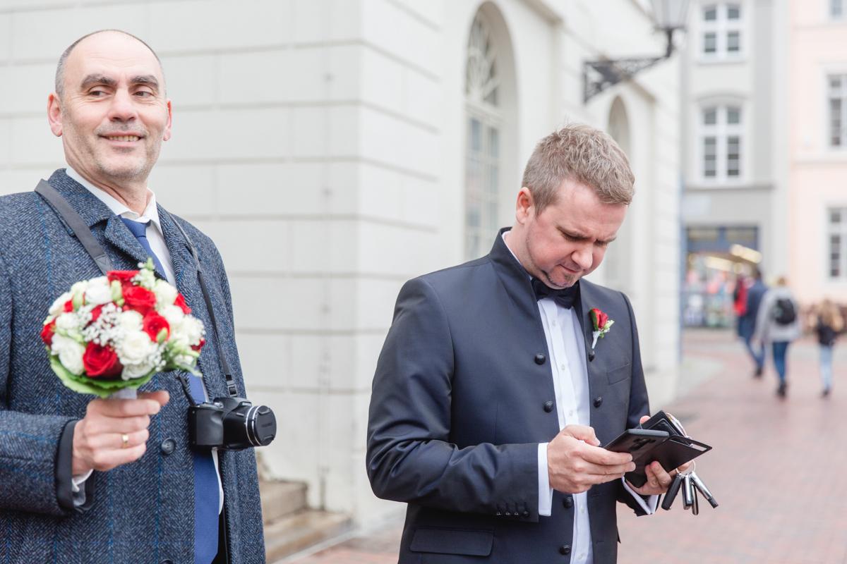 Ungeduldiger Bräutigam vor dem Standesamt Wismar