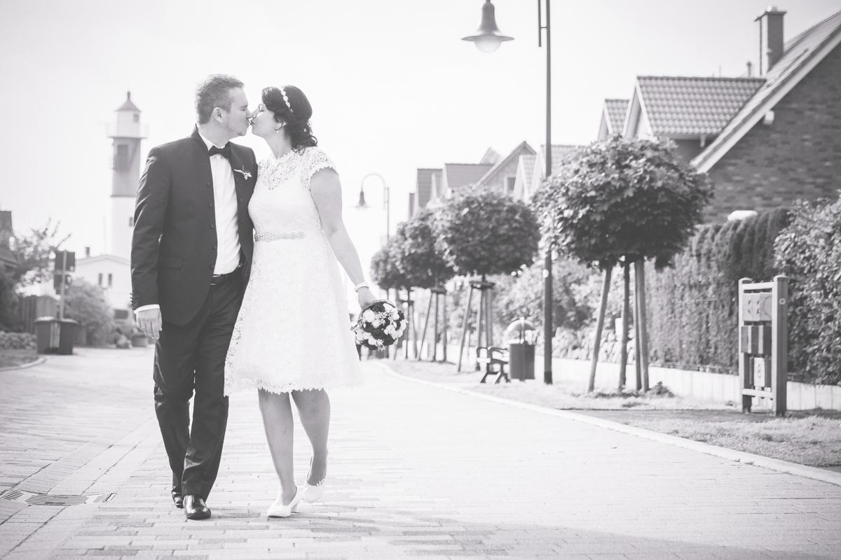 Laufendes Brautpaar in schwarz weiß.