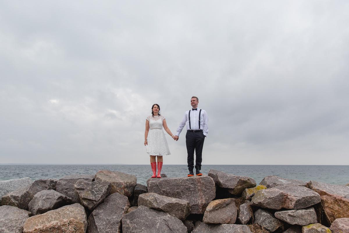 Brautpaar mit Gummistiefeln an der Ostsee.