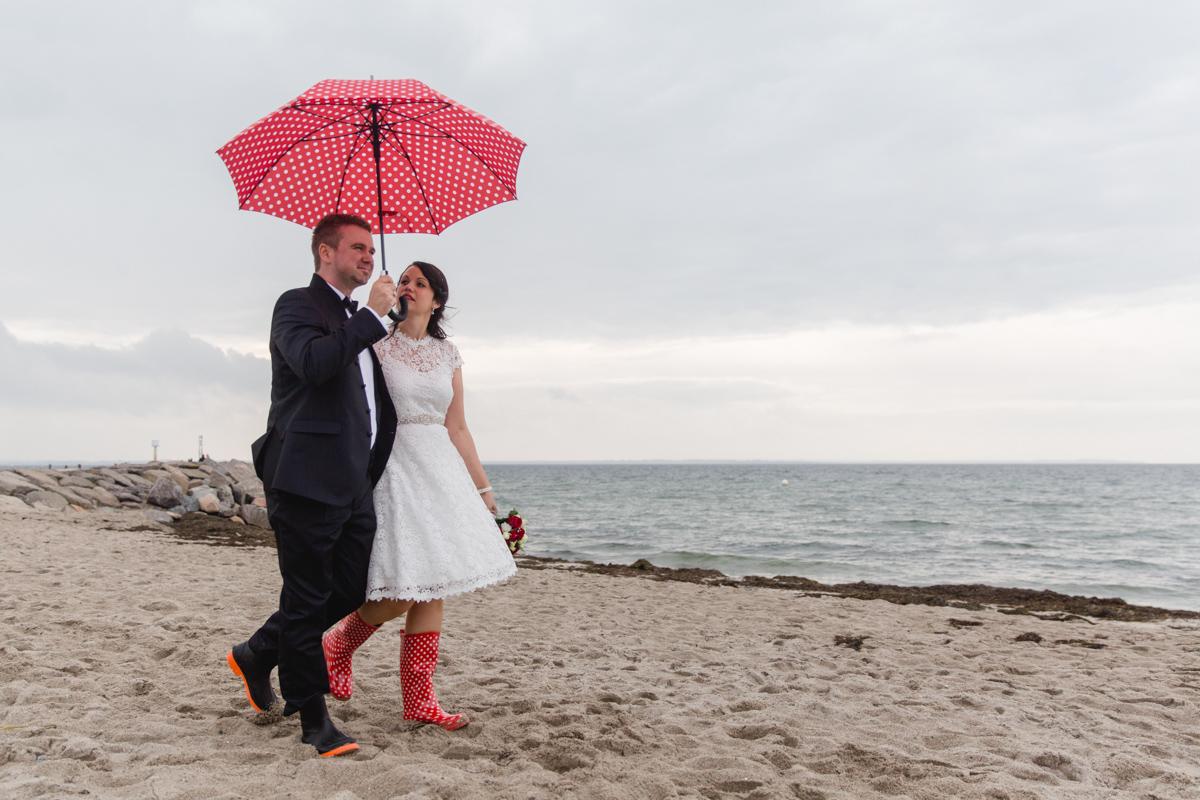 Hochzeitsfotos an der Ostsee mit Regenschirm.