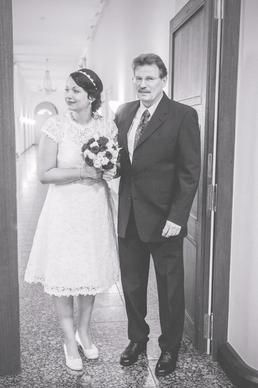 Braut wird vom Papa zur Trauung geführt.