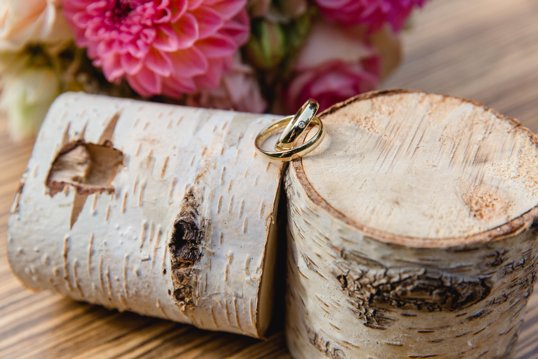 Eheringe liegend auf einem Holz