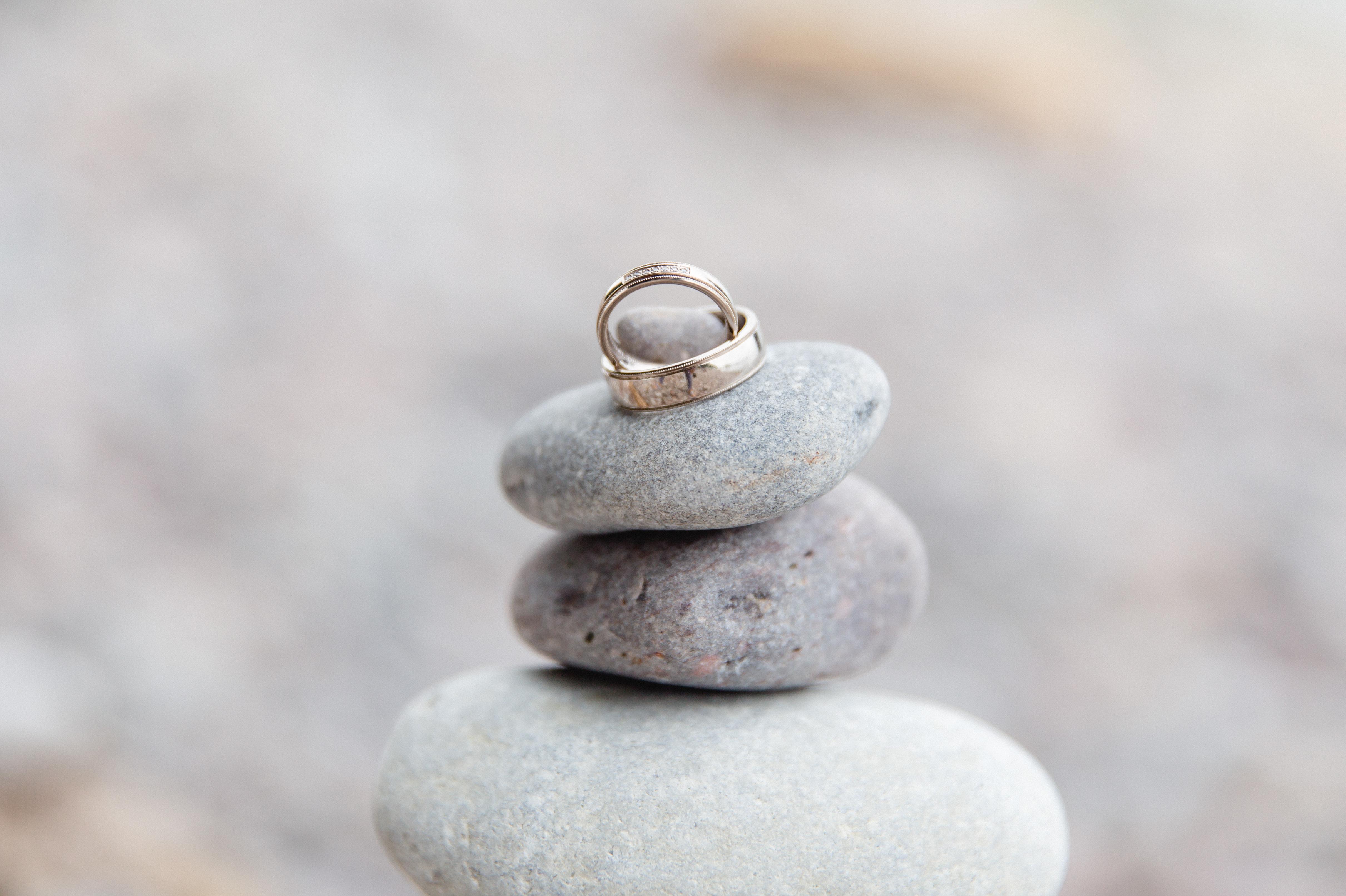 Eheringe auf einem Stein fotografiert