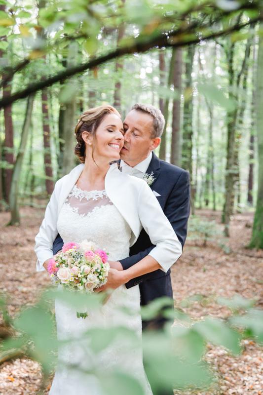 Brautpaarfotoshooting im Wald.