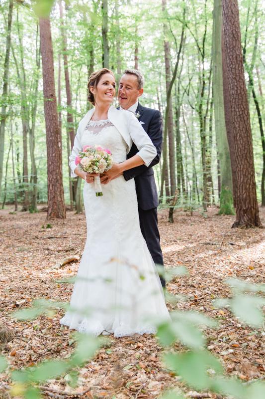 Fotoshooting mit einem Brautpaar im Wald.