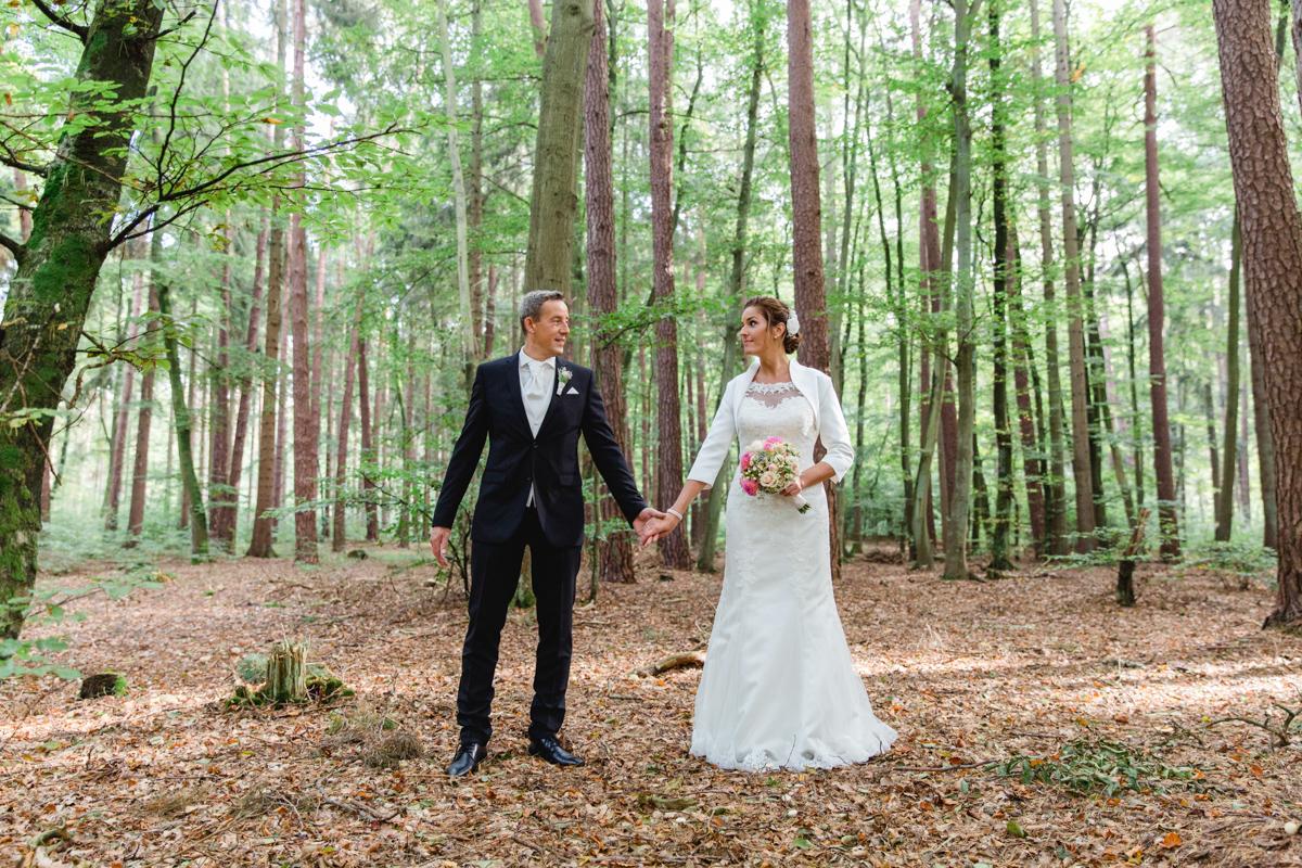 Mit dem Hochzeitspaar im Wald zum Fotografieren.