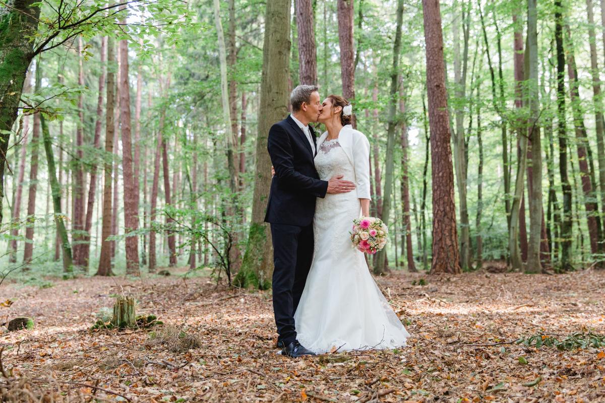 Hochzeitsfotos aufgenommen im Wald.
