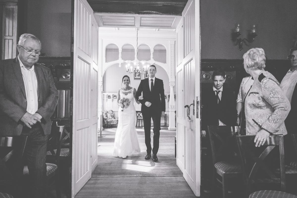 Der Sohn führt die Braut zur Trauung.