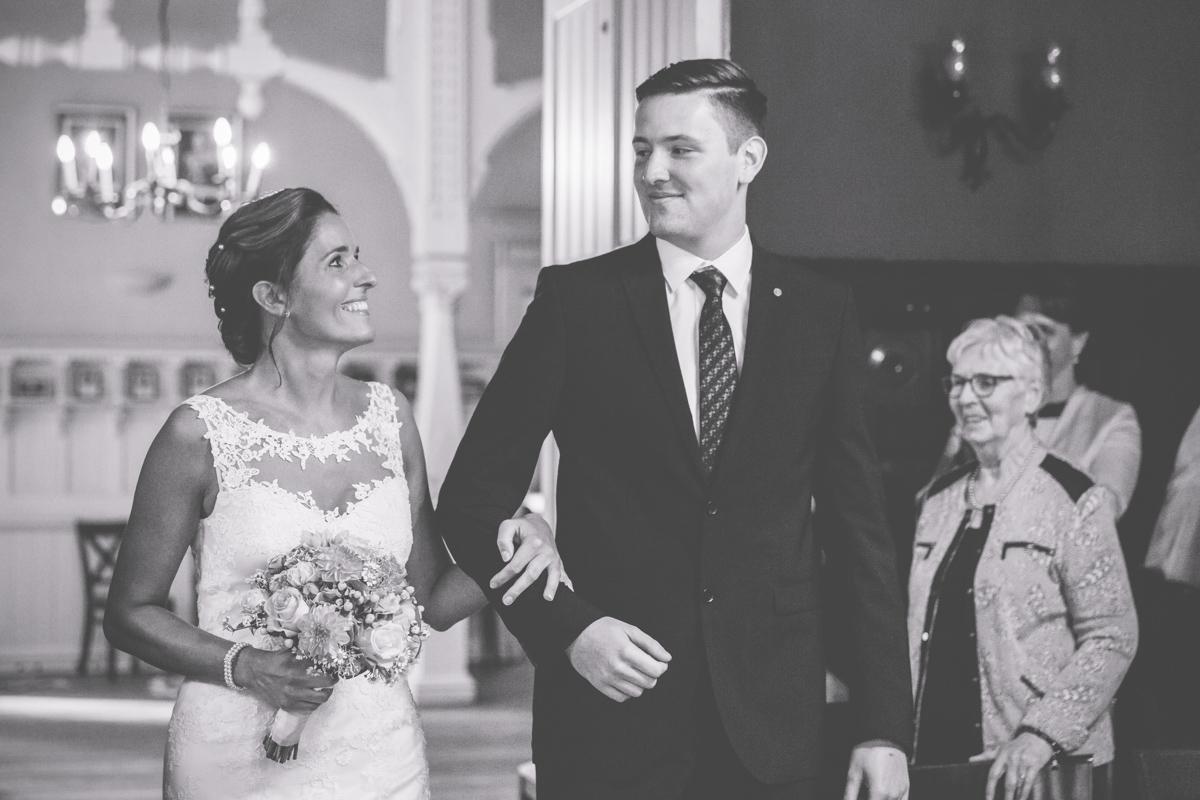 Braut wird vom Sohn zur Trauung geführt.