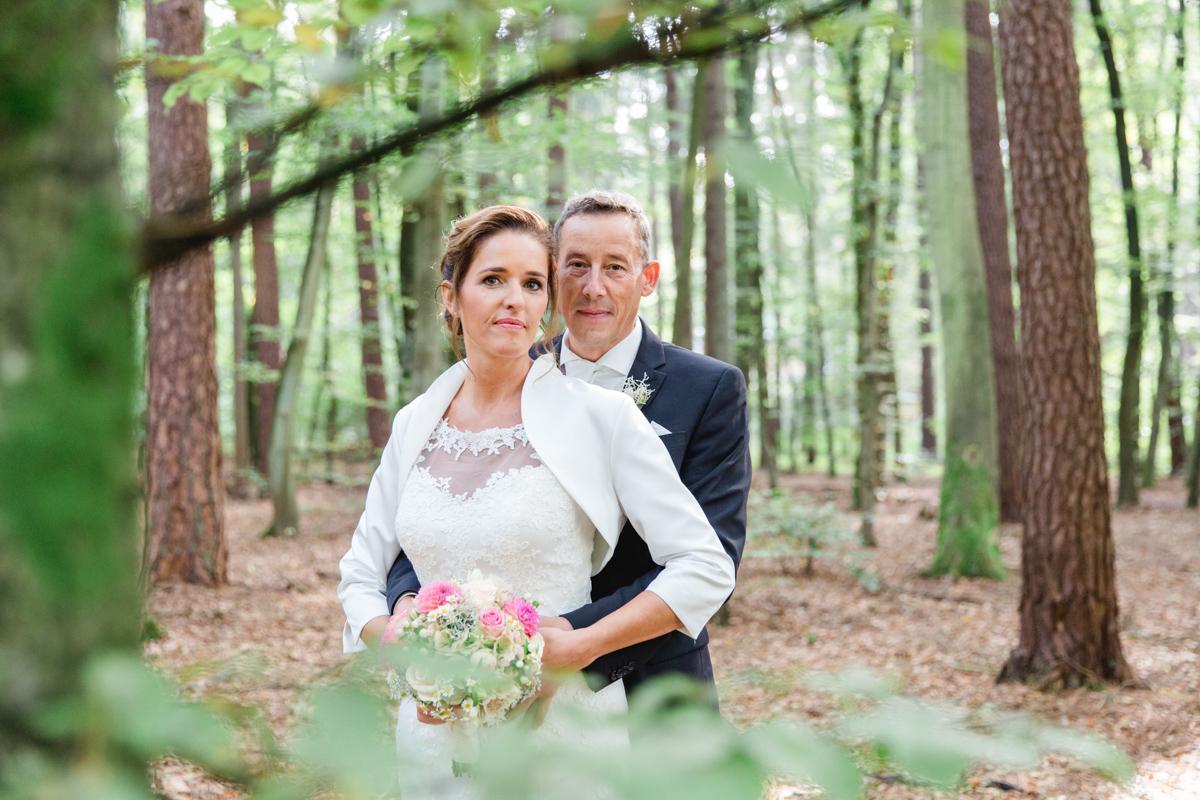 Braut und Bräutigam im Wald von Gelbensande.