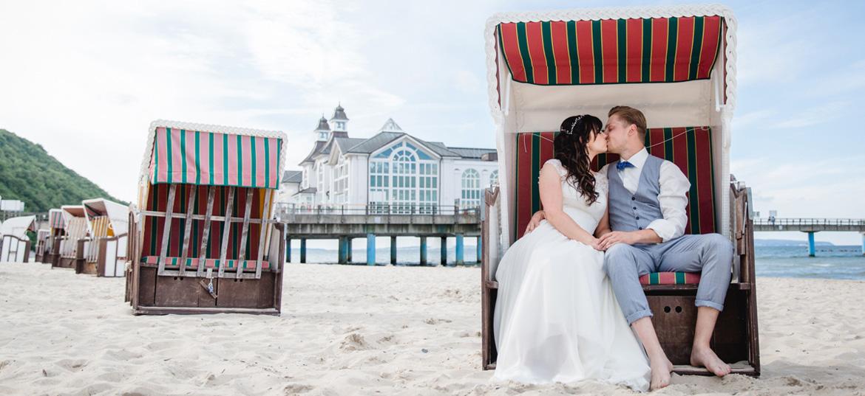 Küssendes Brautpaar vor der Seebrücke Sellin.