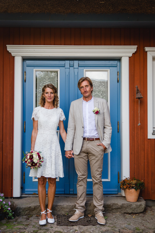 Hochzeitsfoto vor einem Fachwerkhaus.