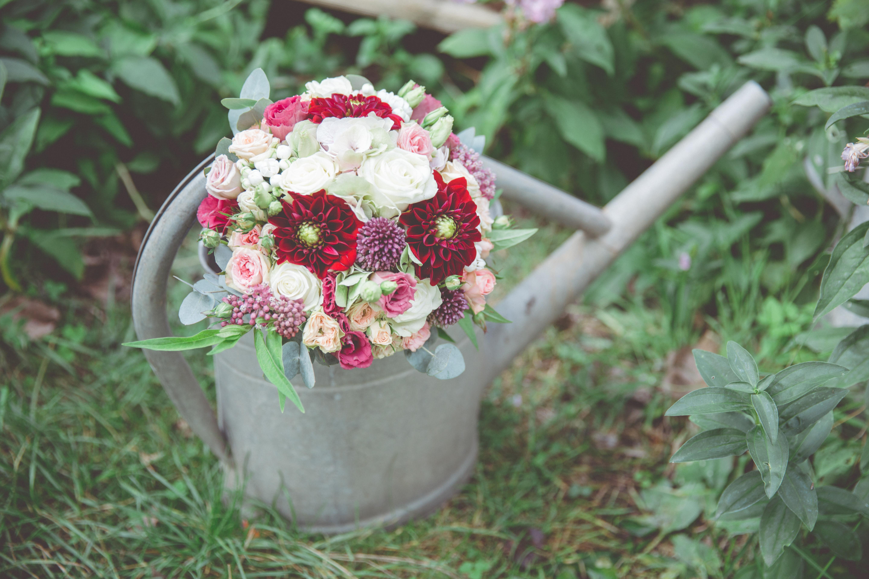 Brautstrauß fotografiert in einer alten Gießkanne.