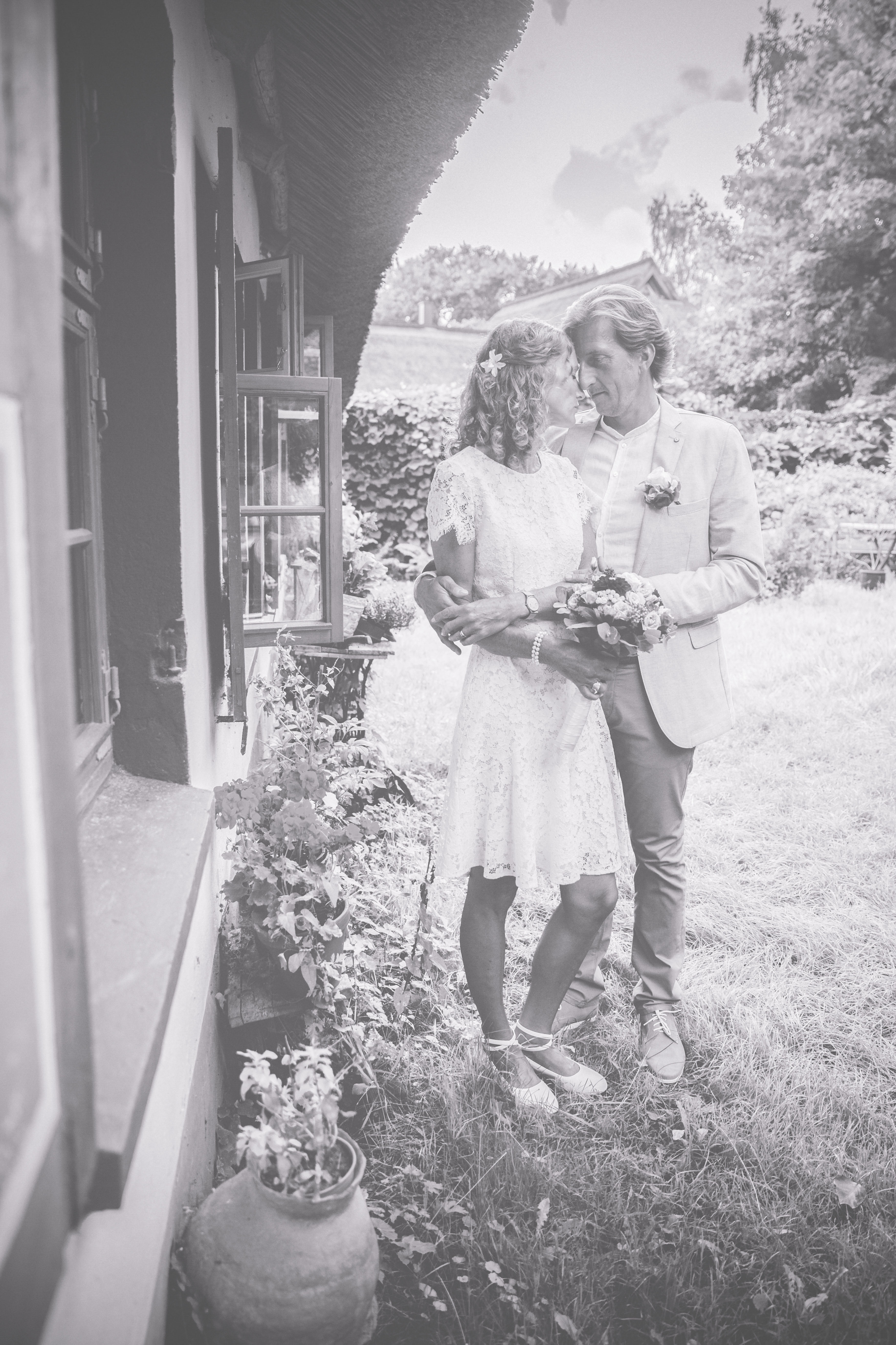 Brautpaar fotografiert am Dornenhaus in Ahrenshoop.