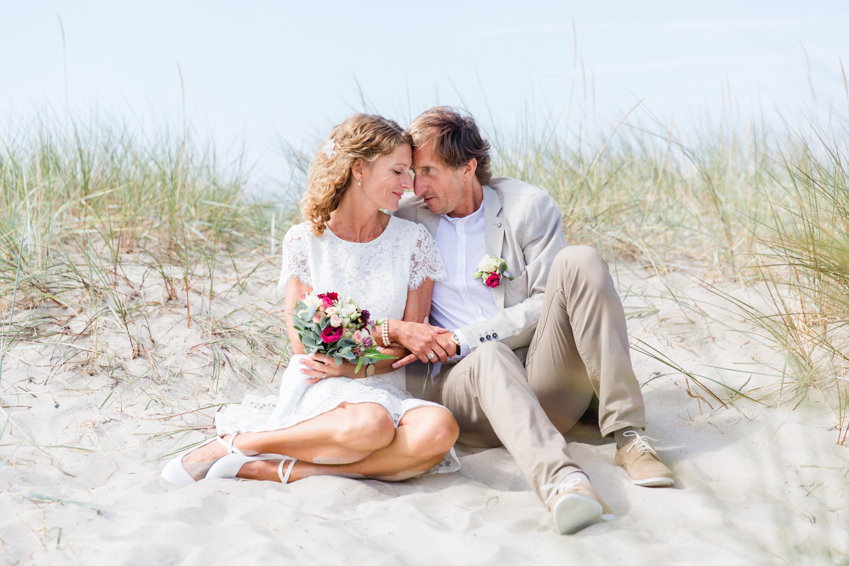 Intime Hochzeitsfotos nach der Trauung am Strand.