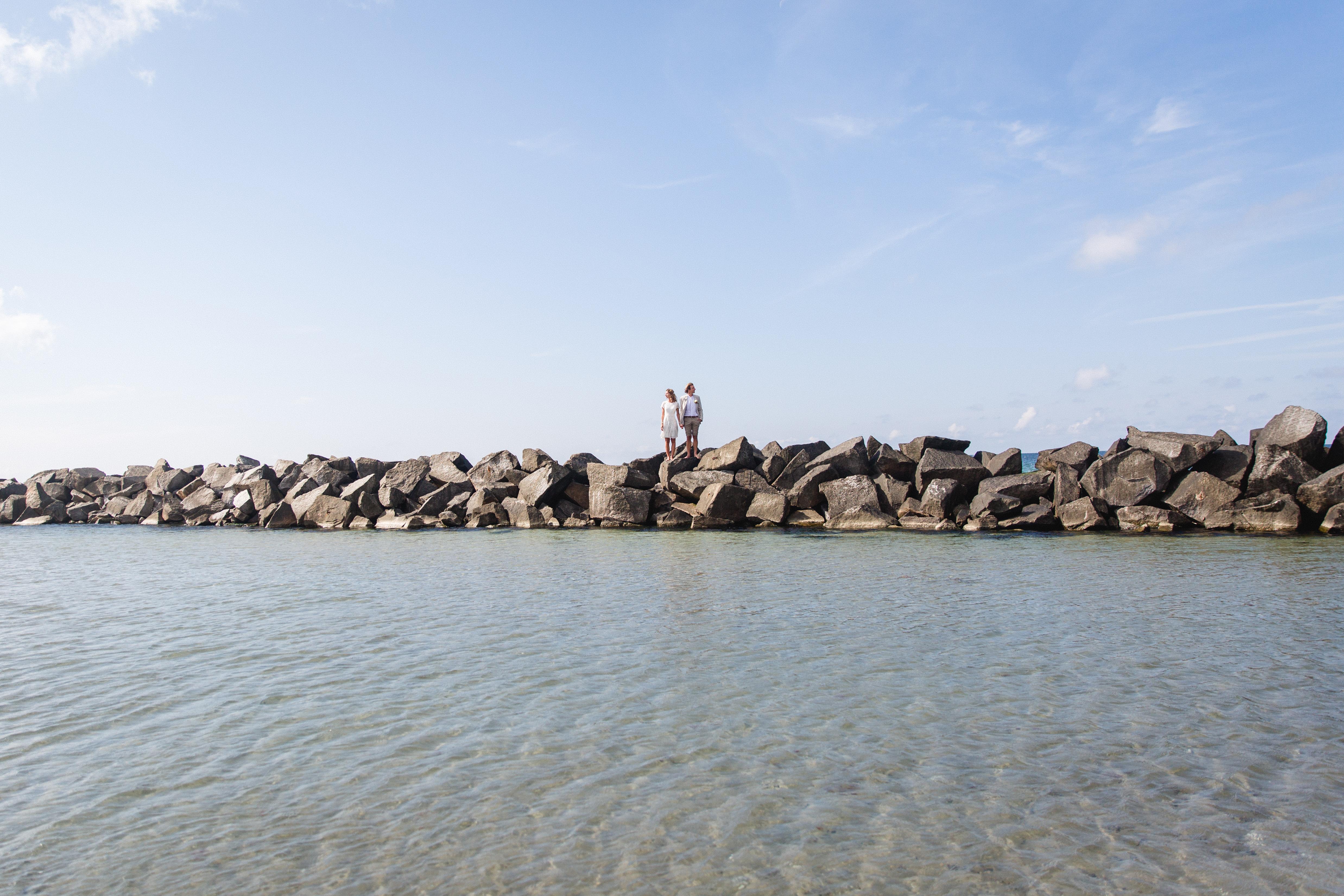 Hochzeitsshooting auf den Steinen am Strand.