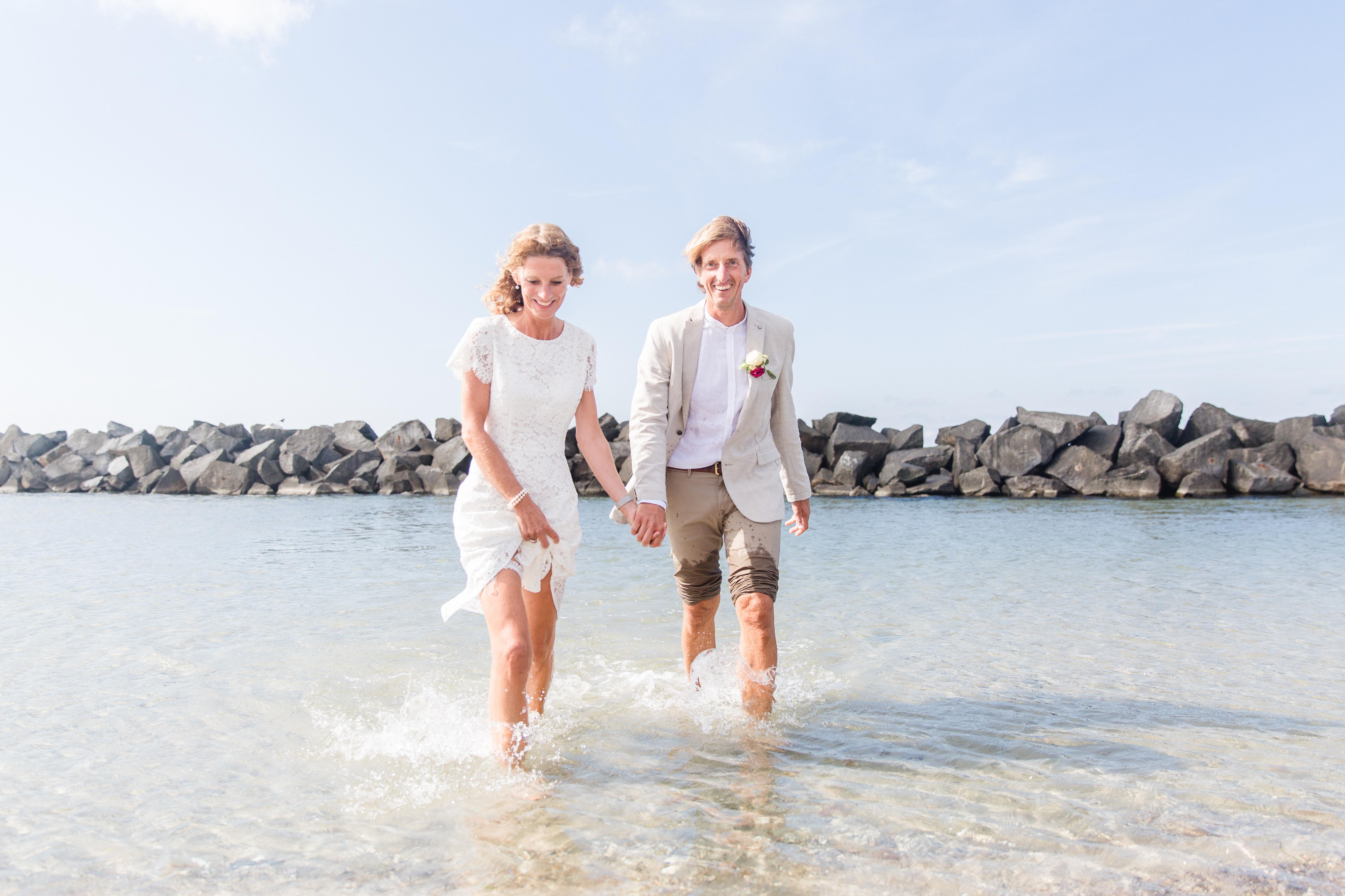 Strandhochzeit mit Brautpaarshooting in der Ostsee.