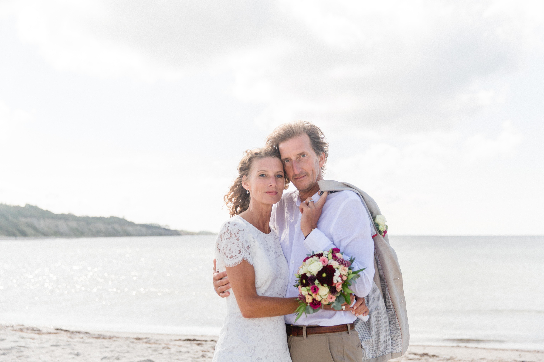 Verliebtes älteres Paar beim Shooting an der Ostsee.