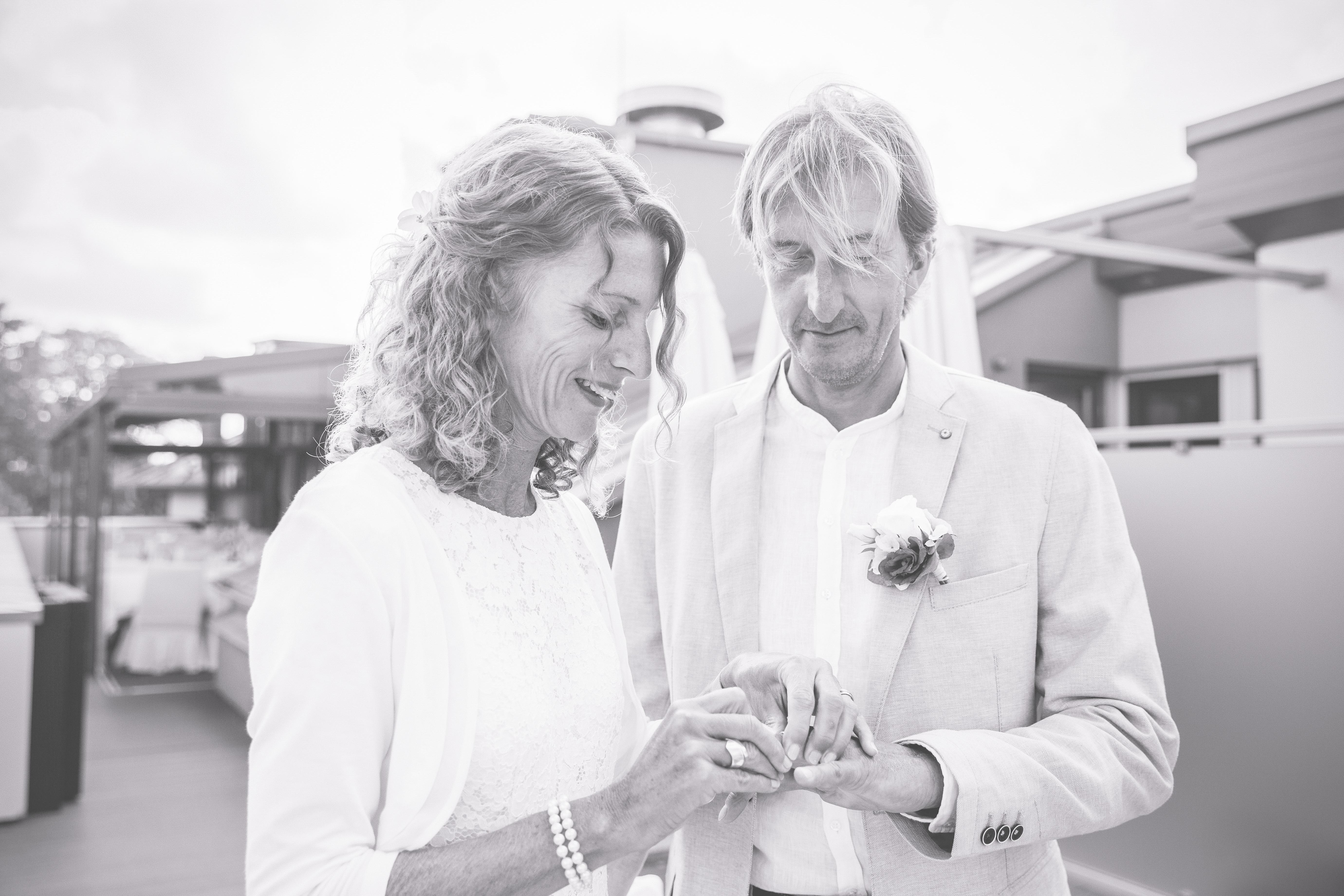 Brautpaar beim Ringwechsel.