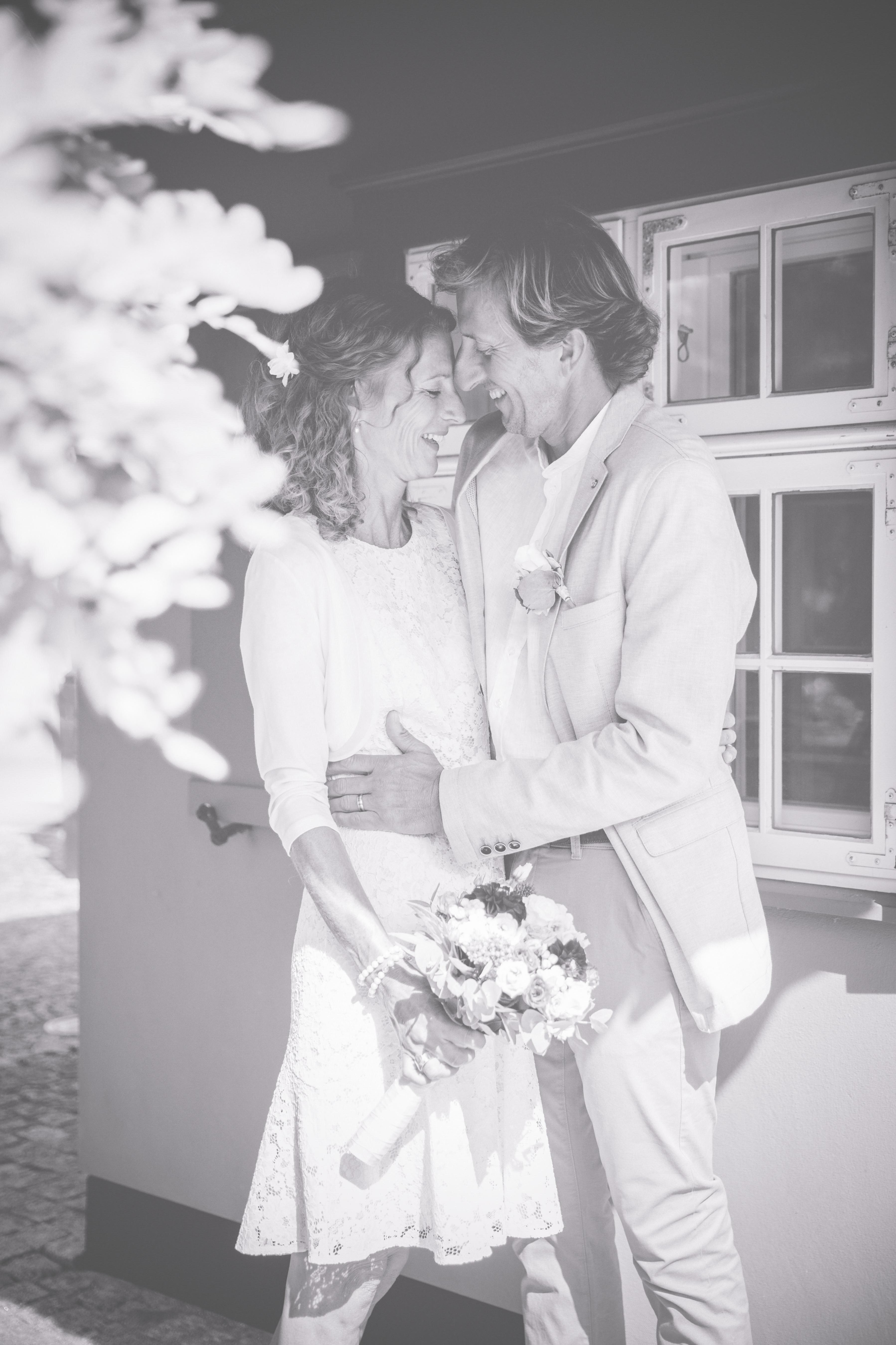 Brautpaar in schwarz weiß fotografiert.